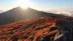 たなびく紅白、秋の輝き 三ツ石山
