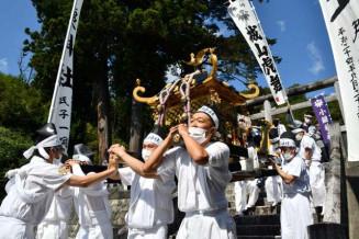 鎮魂の思いを胸に、みこしを担ぐ町民たち=23日午前10時39分、大槌町上町・小鎚神社