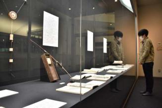 盛岡藩ゆかりのスポーツに関する品々が並ぶ会場