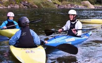 地域おこし協力隊退任後も奥州市に残り、子どもたちにカヌーの魅力を伝える藤野浩太さん(右)