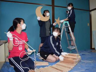 シェア猫賃貸のDIYに励む(右から時計回りに)田口優花さん、大橋夢華さん、沢崎ゆずかさん、小林優香さん