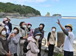 震災津波から復旧した蛸の浜周辺を歩く参加者