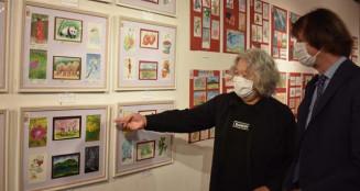 ばばあきらさん(左)が講師を務める絵手紙教室の合同作品展