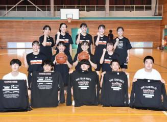 リバウンドTシャツ(手前)を製作した葛巻高バスケットボール部員たち。半袖タイプを販売する
