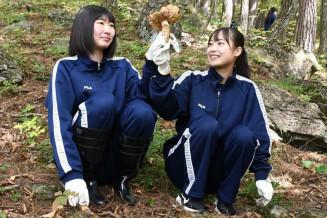 大きなマツタケを発見し喜ぶ大野高の生徒