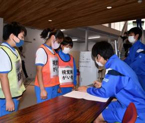 さまざまな避難者を想定し、訓練する児童生徒