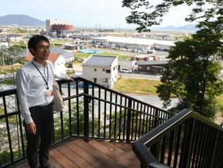 新設した階段を使った避難経路を説明する市の担当者