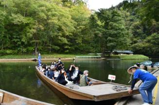 猊鼻渓で舟下りを楽しむ修学旅行生。人の流れの活発化が見込まれ、秋の紅葉シーズンに向けた誘客を期す=30日、一関市東山町