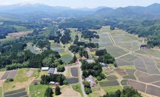 中世の農村景観が残る骨寺村荘園遺跡。西方(写真奥)に栗駒山をのぞむ(本社小型無人機から撮影)
