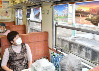 1日から運行開始した「絶景!三鉄車窓ギャラリー列車」。三鉄にまつわるイラスト60点が展示されている