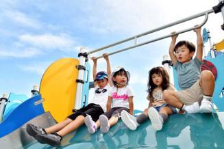 青空の下、遊具で遊ぶ子どもたち。宮古は75年ぶりに10月に真夏日となった=4日正午ごろ、宮古市新川町・うみどり公園