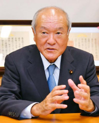 「厳しい地方を活性化するため、可能な限り事業を予算化していく」と抱負を語る鈴木俊一財務相