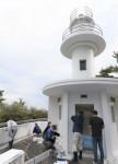 道しるべ「化粧直し」 碁石埼灯台海保が塗装