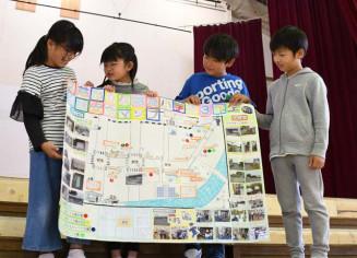 工夫を凝らして作製した地域安全マップを説明する久慈湊小の3年生