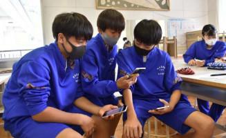 教材のスマートフォンでチャットを楽しむ甲子中の1年生。使い方の教育や家庭のルール作りが課題だ=釜石市