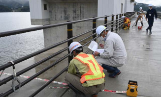 脇之沢漁港防潮堤の完成検査を行う陸前高田市の職員ら