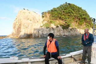 モニターツアーで浄土ケ浜周辺の景観を眺める関係者。9日に正式運航がスタートする