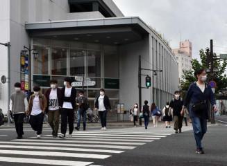 足早に行き交うマスク姿の市民ら。県内は新型コロナウイルス感染が沈静化傾向にある=8日、盛岡市大通