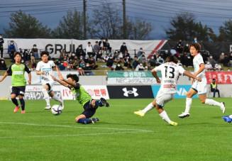 岩手-鳥取 前半2分、岩手のFW色摩雄貴(13)がこぼれ球を押し込んで先制する=盛岡市・いわぎんスタジアム