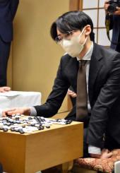 囲碁の新人王戦決勝3番勝負の第2局で上野愛咲美・女流棋聖に敗れた外柳是聞三段=9日、東京・日本棋院