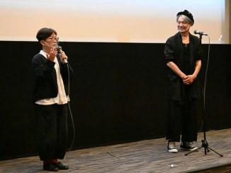 舞台あいさつする野村展代監督(左)と升毅=盛岡市・フォーラム盛岡