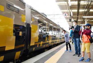 別れを惜しみ、485系ジパングを写真に収める鉄道ファン