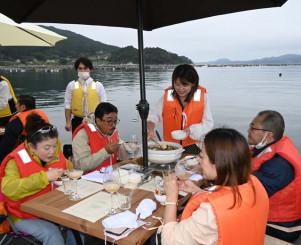 海上での食事を楽しむ参加者