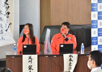 東京五輪を振り返る水本圭治選手(右)と及川栞選手=矢巾町・不来方高