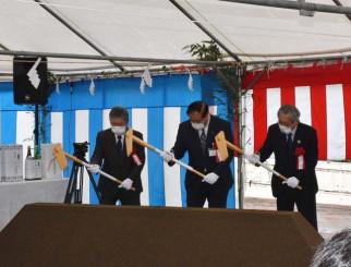 工事の成功を願いくわ入れを行う谷藤裕明市長(写真中央)ら