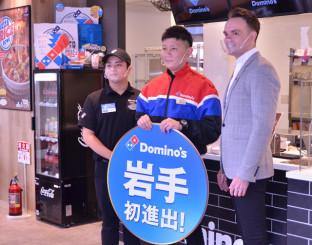 「岩手初進出」の看板を掲げる(左から)田村拓也店長、和泉清志オーナー、ベンジャミン・オーボーン・エグセグティブバイスプレジデント