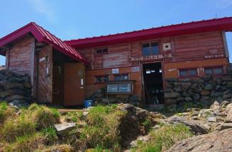 老朽化が進む早池峰山の山頂避難小屋。屋根の取り換えなど改修が検討される(県提供)