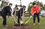 水本選手「苗木と共に成長」 東京五輪出場記念植樹式