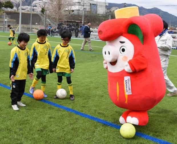 おおふなトンと一緒にサッカーを楽しむ児童