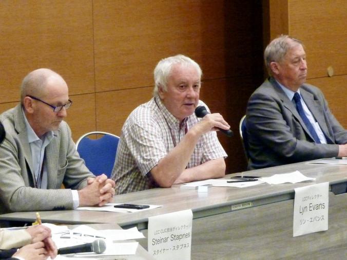 ILCの建設計画に関して、記者会見するリン・エバンス氏(中央)ら=福岡市博多区
