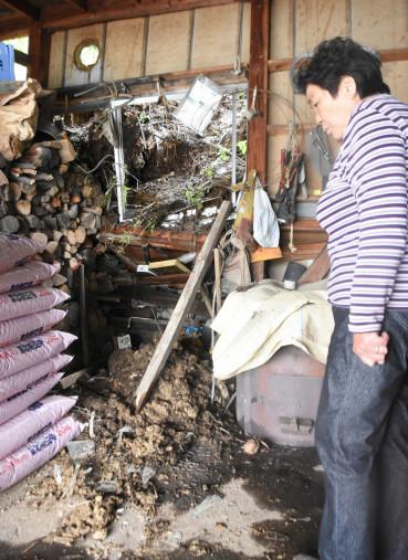 土砂崩れで作業小屋に流入した土砂=19日午前10時、二戸市浄法寺町