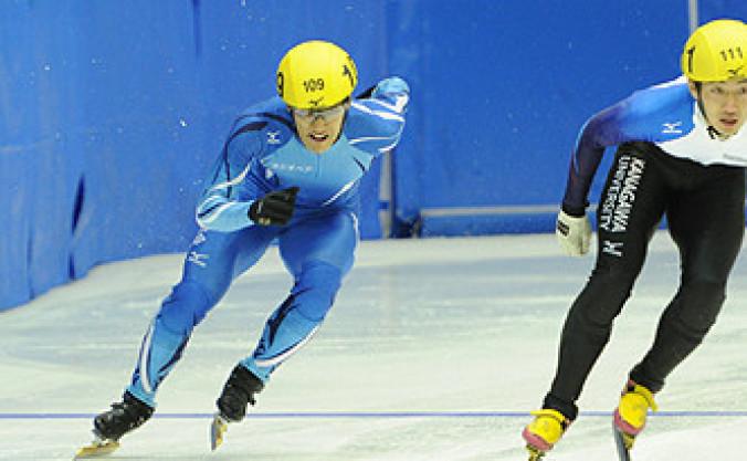 男子1000メートル準々決勝 終盤のスパートも実らず落選、16位にとどまった村竹啓恒(左、県体協)=長野県南牧村・帝産アイススケートトレーニングセンター