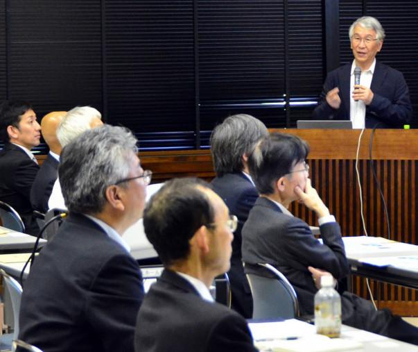 「誘致実現へのカウントダウンは始まっている」と強調する鈴木厚人学長(右)