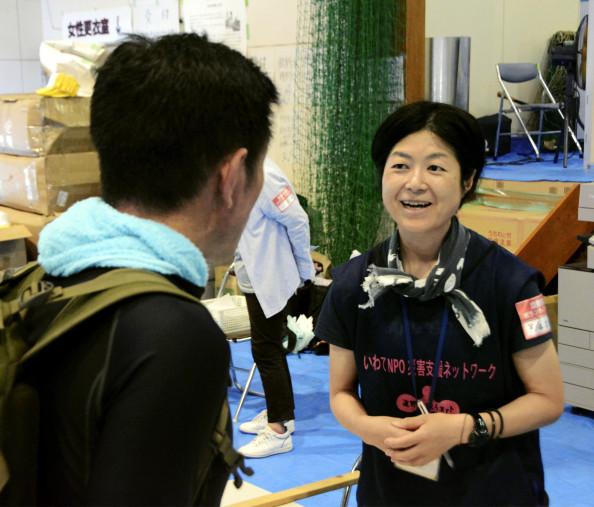 岡山県倉敷市の災害ボランティアセンターで、ボランティアと交流する「遠野まごころネット」の細川加奈子さん(右)