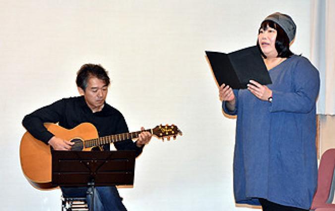 オリジナルのギター演奏付きの「雨ニモマケズ」を披露した伊藤健人さん(左)と鈴木須美子さん