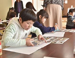 新聞記事を切り貼りしてパンフレット作りに取り組む児童