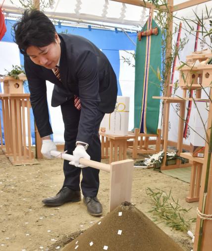 くわ入れを行い工事の安全を祈願する橋本幸之輔代表取締役