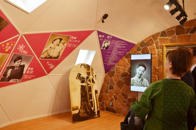 園井恵子の宝塚歌劇団時代の活躍を紹介する展示スペース