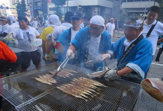 旬のサンマを炭火焼きなどで提供した目黒のさんま祭り