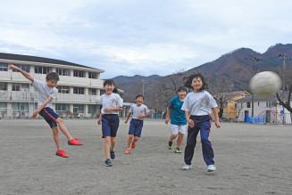 気温が上がり、半袖姿で元気に遊ぶ子どもたち=4日、釜石市甲子町・甲子小