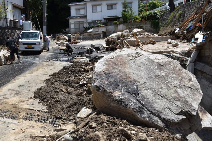 土石流となって山から転げ落ちた巨大な岩石。家屋をなぎ倒し甚大な被害をもたらした=11日、広島市安芸区矢野東
