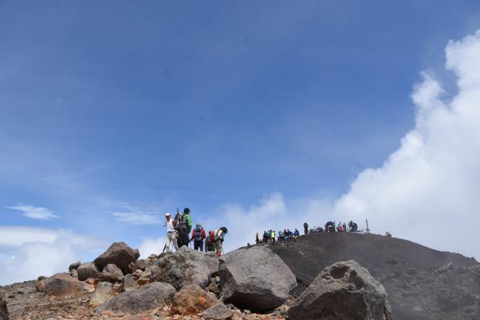 雲間からすがすがしい青空が広がった山頂付近。山開きに訪れた愛好者の心を癒やした=1日午前11時50分、岩手山