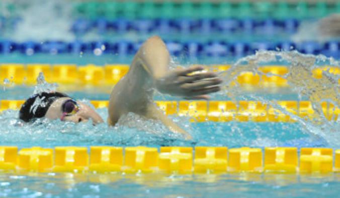 女子200メートル自由形決勝 2分6秒18の県高校新記録で優勝した阿部ひまわり(盛岡南)=盛岡市立総合プール