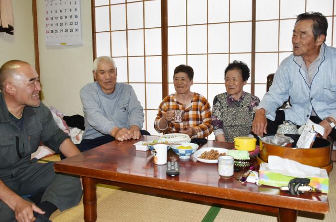 須川高原温泉で地震発生時の様子を仲間と振り返る佐藤義勝さん(左から2人目)、妻の愛子さん(同3人目)