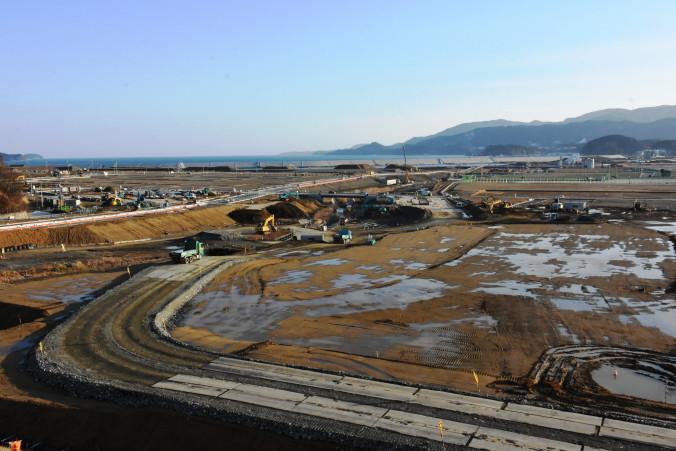 土地をかさ上げし土地区画整理事業を進める陸前高田市の中心部。工事は長期化しているが、被災跡地の活用を考えると区画整理事業が必要となる
