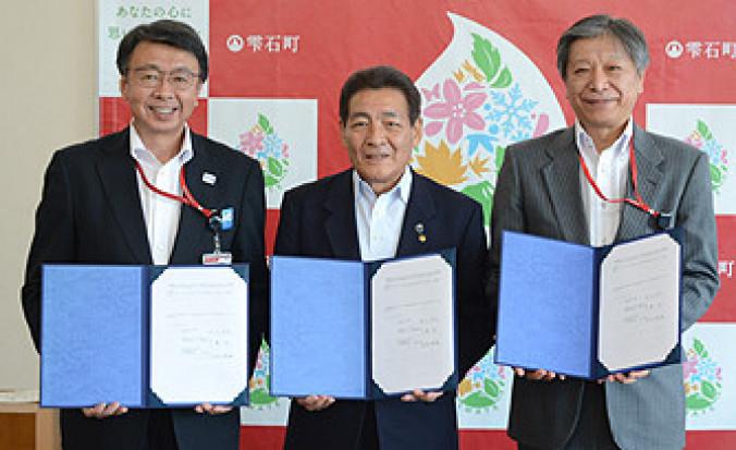 協定書を取り交わし相互協力を確かめ合う(左から)千葉均局長、深谷政光町長、向井徳雄局長